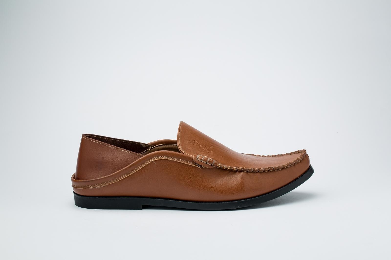 الصورة: حذاء (بلغه) بنى